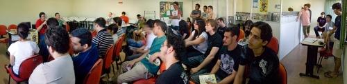 panorama da sala durante o bate papo com os autores - click na imagem pra vê-la maior